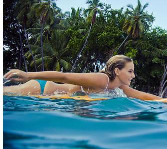 In Bocas del Toro, Panama kunt u leren hoe om te surfen in warme Caribische wateren