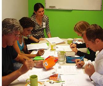 Du kan komplettera dina spanska klasser med grupplektioner för att förbättra din förmåga att konversera